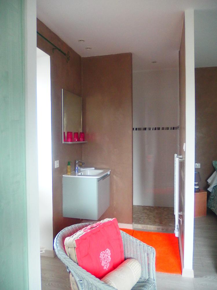 Les chambres la tani re des louveteaux for Chambre hote 04